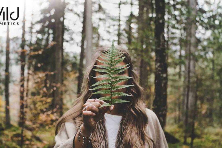 жена със скрито лице есен
